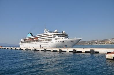 Salgın Sonrası İlk Turist Gemisi Aylar Sonra Kuşadası Limanı'na Yanaştı