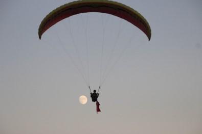 Türkiye'nin En Genç Yamaç Paraşüt Pilotu Zafer Bayramı'nda Gökyüzünde Türk Bayrağı Açtı