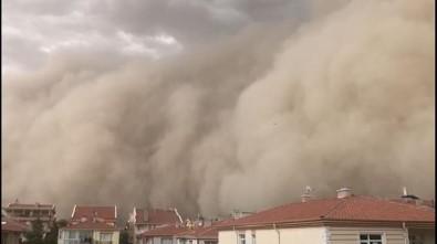 Ankara'nın Polatlı ilçesindeki toz fırtınası ilçeyi karanlığa bürüdü