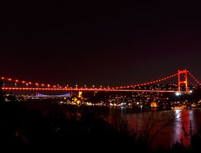 İstanbul'da köprüler kırmızıya büründü!