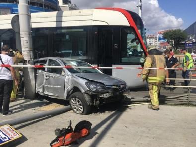 İstanbul'da tramvay otomobile çarptı: 1 yaralı
