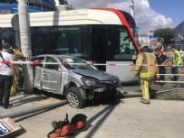 ELEKTRİK DİREĞİ - İstanbul'da tramvay otomobile çarptı: 1 yaralı