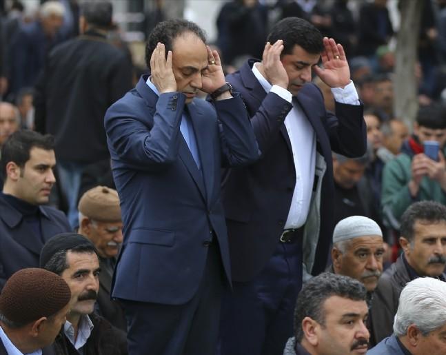 selahattin demirtas - HDP'den Cuma Namazı Şovu