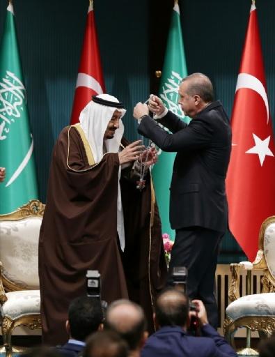 Erdoğan Kral Selman'a Devlet Nişanı Taktı