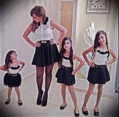 Takım giyinen anne ve kızları