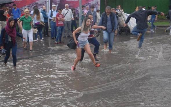 sagnak yagmur - İzmir'de yarım saatlik yağmur hayatı felç etti!