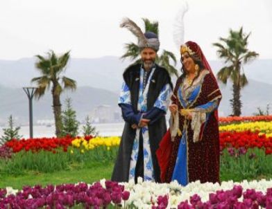 Türkan Şoray Tarihi Kostümleriyle Sekapark'ı Gezdi