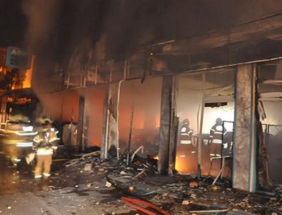 İzmir'de süpermarketi ateşe verdiler