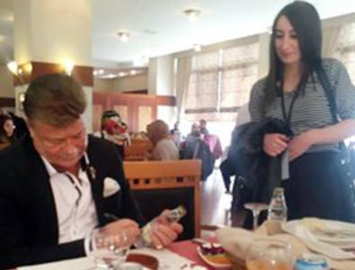 Nuri Alço gazoz şişelerini imzaladı