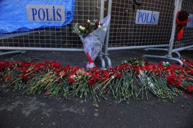 Terör Saldırısında Hayatını Kaybedenler Karanfillerle Anıldı