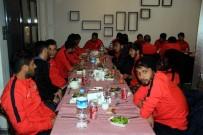 FAHRI YıLDıZ - Yıldız, Nevşehirsporlu Futbolculara Yemek Verdi