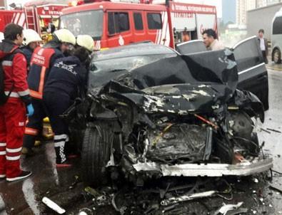 Kadıköy'de lüks otomobil yolcu otobüsüne çarptı