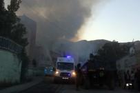 YURTKUR - Hakkari'de Yurt Binasında Kokutan Yangın