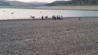 Babasının Cansız Bedenini Baraj Gölünden Çıkardı