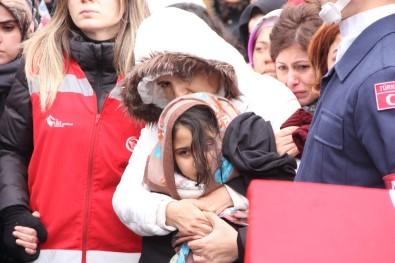 Şehidin annesi cenazede fenalaştı, kızının gözyaşları yürek dağladı