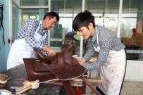 Kırgızlar Sanatlarını Deriye İşliyor
