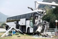 LUGANO - Turist Otobüsü Direğe Çarptı Açıklaması 15 Yaralı