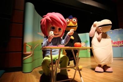 Hem Yetişkinler Hem Çocuklar Tiyatro İle Eğlendi