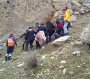 KASRIK - Cizre'de Kasrik Kayalıklarına Çıkan Genç Düşerek Yaralandı