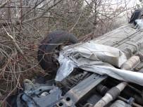 AHMET AKAY - Tırdan Uçan Branda Kazaya Neden Oldu Açıklaması 4 Yaralı