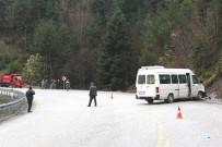 Kastamonu'da Öğrenci Servisi İle Otomobil Çarpıştı