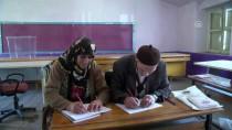 Hayatı Paylaşan Çift Birlikte Okuma Yazma Öğreniyor