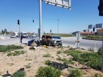 İki Otomobil Kafa Kafaya Çarpıştı, 2 Kişi Yaralandı