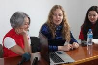 Litvanyalı Genç Kız Hem Gönüllü Çalışıyor, Hem İngilizce Öğretiyor