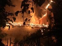 Ahşap Ev Çıkan Yangında Küle Döndü... Yaşlı Kadının Teravih Namazında Olması Facianın Önüne Geçti