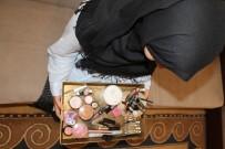 AFGAN MÜLTECİLER - Mülteci Kadınlar Kaderleriyle Kuaförlük Yaparak Mücadele Ediyor