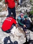 Kayalıklarda Mahsur Kalan Vatandaşı İtfaiye Kurtardı