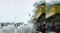 Eleşkirt'te Çatılardan Çığ Gibi Düşen Kar Korku Dolu Anlar Yaşattı