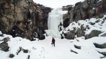 Buz Tutan Şelale Ve Gölet Ziyaretçilerini Büyülüyor