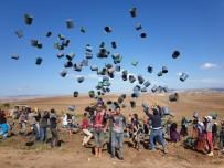 Patates Toplayan İşçiler Asker Selamı Eşliğinde Kova Fırlattı