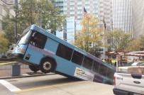 PENSILVANYA - ABD'de Yolcu Otobüsü Çukura Düştü
