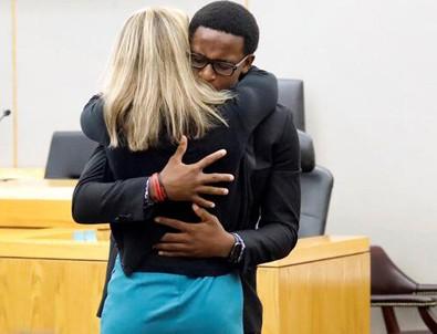 Mahkemede şaşırtan anlar... Kardeşinin katiline sarılıp ağladı