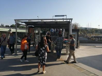 Altunizade Metrobüs Durağındaki Üstgeçit Paralı Oldu, Vatandaşlar Şaşkına Döndü