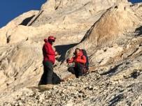 DEMİRKAZIK - Rotayı Kaybeden Dağcıları Kurtarma Ekipleri Buldu
