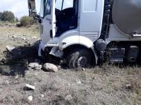 HÜSEYIN ARSLAN - Süt Tankeri Otomobil İle Çarpıştı Açıklaması 1 Ölü, 5 Yaralı