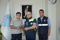 AHMET DEMİR - Vatandaşın Düşürdüğü Cüzdanı Büyükşehir Personeli Buldu