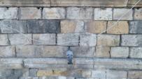İTFAİYE MERDİVENİ - Tarihi Kervansaray Duvarına Kafası Sıkışan Güvercin Kurtarıldı