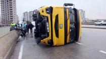 SEZAI KARAKOÇ - Adana'da Devrilen Tırın Sürücüsü Yaralandı