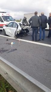 TEM Otoyolu'ndaki Feci Kazada Otomobil İkiye Bölündü