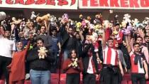 KİMSESİZ ÇOCUKLAR - Futbol Maçında Kimsesiz Çocuklara Oyuncak Sürprizi