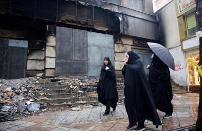 İran'daki Gösterilerde 731 Banka, 140 Kamu Binası Yakıldı