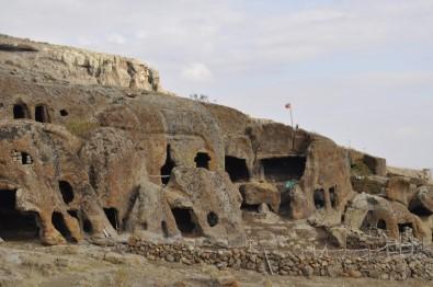 Şuhut Bininler Kaya Evleri Ve Yer Altı Şehri Turizme Açılıyor