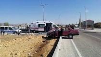 Şarkikaraağaç'ta Otomobil Refüje Çarptı Açıklaması 2 Yaralı