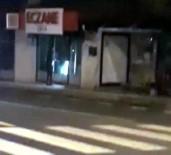MADDE BAĞIMLISI - Eczanelerin Camını Kıran Saldırgan Görüntülendi