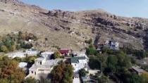 SAĞ VE SOL - Diyarbakır'da Kaya Mezarında Süryanice Kitabe Bulundu
