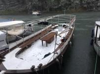 DALYAN - Dalyan'da Şiddetli Rüzgar Teknelerin Güneşliklerini Uçurdu